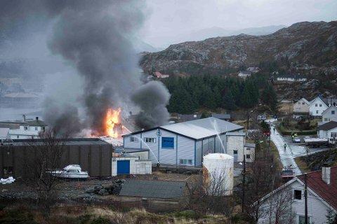 OVER FIRE ÅR: Det er over fire år sidan krabbefabrikken på Herland i Askvoll brann ned. Branntomta er framleis ikkje rydda.