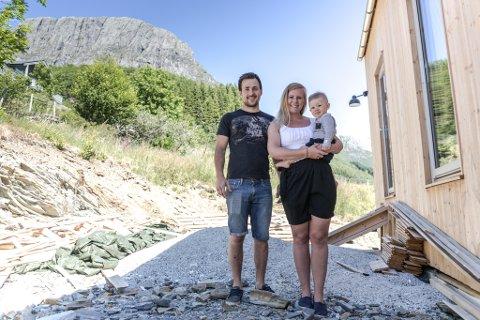 VED LIHESTEN: Ingrid Hatlem Skår, mannen Christian Hatlem Skår og sonen Olve bygger nytt hus ved Lifjorden. Til hausten flyttar dei inn.