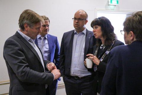 STEILT: Venstres Alfred Bjørlo ( t.v.) argumenterte for å gi millionar til idrettsanlegga no. Sps Aleksander Øren Heen, Sigurd Reksnes, Jenny Følling og KrFs Trude Brosvik meinte den politiske handeringa vart feil.
