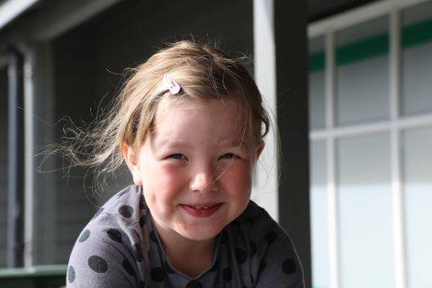 MÅ TA PAUSE: Pernille Larsen Gjelsvik (6) går av bussen på Høgda og ventar der saman med eldre søsken. Visst ikkje blir ho bilsjuk. – Dette er ikkje haldbart, og heller ikkje lov, når ho til hausten skal ta til på skulen, seier foreldra.