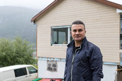 VANSKELEG: Amir Goran får ikkje inntekter på huset han har kjøpt for å leige ut. – Det er ein vanskeleg økonomisk situasjon, seier han.