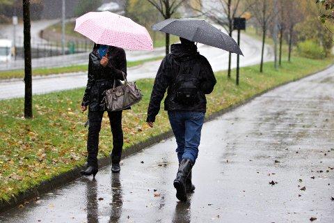 REGN: Ingen grunn til å droppe regnkle og paraply, for no blir det vått.