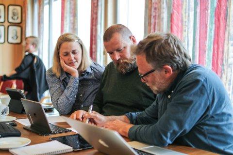 MOT PLAST: Marie Neset, Ole Erik Thingnes og Åsmund Berthelsen (alle SV) fekk med seg kommunestyret på å be Sunnfjord miljøverk om å lage eit framlegg til handlingsplan mot plast som tillegg til Venstre sitt framlegg om å be SUM starte med plastinnsamling.