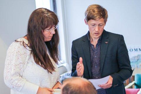 KONKURRANSE: Øystein Garfors (V) prøver å overtyde Anne-Britt Øyra om at ordlyden i mineralstrategien er konkurransevridande.