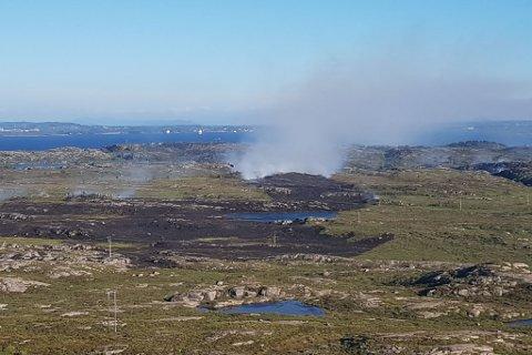 Svidd av mykje lyng: Det brenn framleis, men helikopterea som har jobba på staden har fått sløkt mykje.