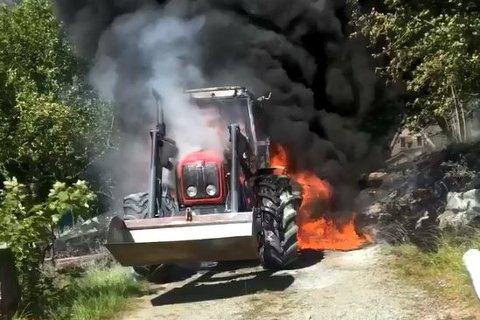 FULL FYR: Det skal ikkje ha vore folk inne i traktoren då det byrja å brenne.