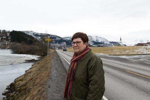 KJEM REKKVERK: Her kjem det eit rekkverk mellom elva og vegen. Bildet er frå mars i år, då Stuhaug etterlyste rekkverk og stoppskilt.