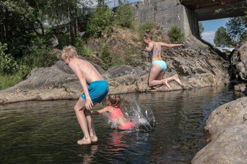 KULPEN: Sommarvarmen lokkar mange ut i kulpen ved Prestefossen.