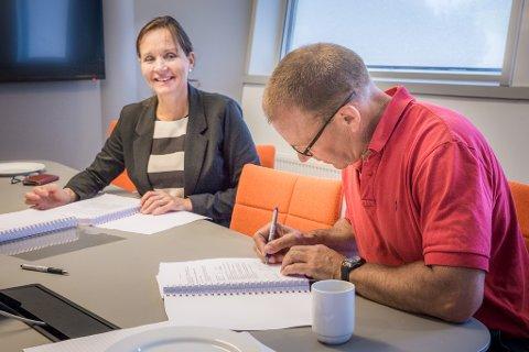 KONTRAKT: Tone Oppedal og Inge André Utåker signerer for høvesvis Statens vegvesen og Norled AS.