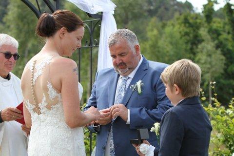 RETTE EKTEFOLK: Sonen Gabriel var ansvarleg for å bære fram ringane til mor og far under bryllaupet.