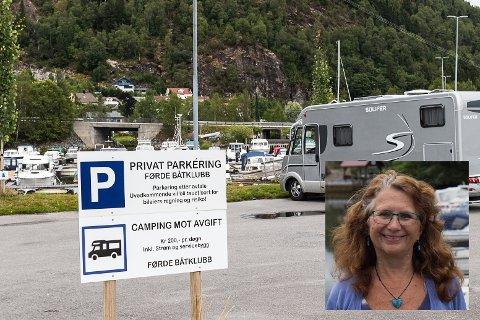 LITT TIDLEG: Skilta er allereie oppe, men Førde båtklubb må først få ja frå kommunen før dette blir lov.