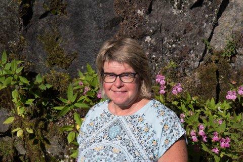 UROA: Nestleiar i hagelaget i Førde, Laila Bortheim er uroa over at svartelista planter spreier seg i kommunen.