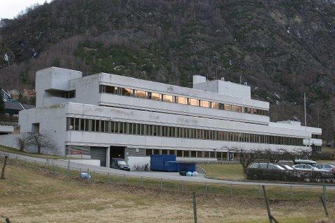 MÅ FLYTTAST HERIFRÅ: Lærdal sjukehus har ustabil straum, og pasientar blir difor flytta til Førde sentralsjukehus.