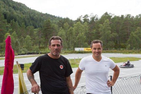 GØY: F.v. Jose Ravelo og Knut Arild Flatjord er begge glade i å sjå gjestane meistre raftinga eller sjå folk køyre gokart og ha det gøy.