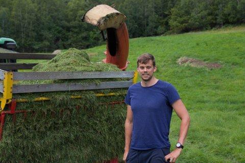 LÆRAR OG BONDE: – Når du køyrer forbi ei bygd, senk farten og sjå etter dyr i vegen, oppfordrar Håkon Solheim som er heime på garden og jobbar i sommar.