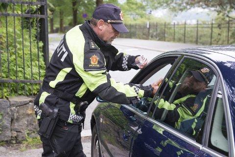 MEIR RÅKØYRING: At folk mistar førarkortet aukar 50 prosent i sommarmånadane. UP-sjef Runar Karlsen lovar hyppige kontrollar, som denne frå Løbergsveien i Bergen.