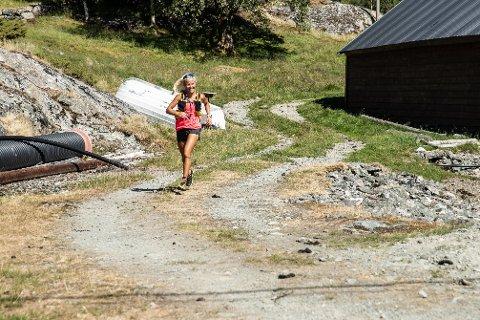 SUKSESS: Malene Blikken Haukøy (27) er rørt over engasjementet rundt innsamlingsaksjonen hennar. Her spring ho i mål i Porten i Hyllestad