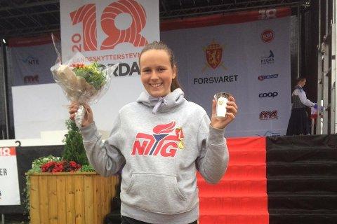 MEDALJE: Elisabeth Leganger er strålande fornøgd med 3.plass i landskyttarstemnet.