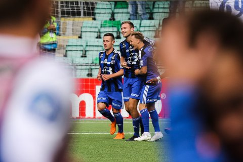 Runar Hove (i midten) scora 2-1 mot Sogndal. Peter Aase til venstre og Luc Jeggo til høgre. Sogndal-Florø 2-3. Fotball.