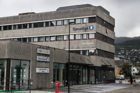 OVER: Gjensidige Forsikring legg ned kontoret i Førde og satsar på å hjelpe privatkundar berre på nettet.