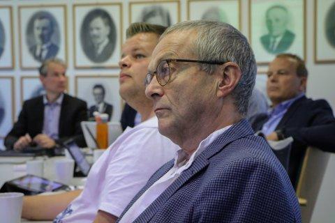 SEIER NEI: SVs Helge Schei (i framgrunnen) meiner Førdslia bryt med målsettinga for tettstadsutviklinga. Også ordførar Olve Grotle (H) og Aps Reidar Fugle Nordhaug og Helge Robert Midtbø vender tommelen ned.