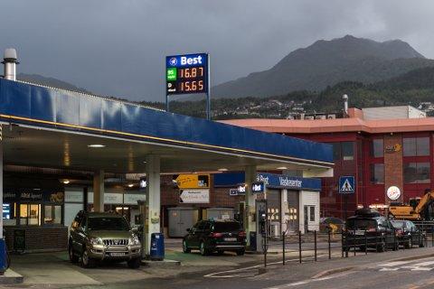 BENSIN: Fredag føremiddag var bensinprisen over 17 kroner i Førde. Ut på dagen var den komen ned på 16-talet att.