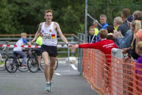 DOBBELTVINNAR: EM-løpar Marius Vedvik frå Gular brukte Arnaløpet som oppkøyring til haustens løp. Framfor fleire gode løparar vart det dobbelt gull og tangering av kortløyperekorden for Førde-karen.