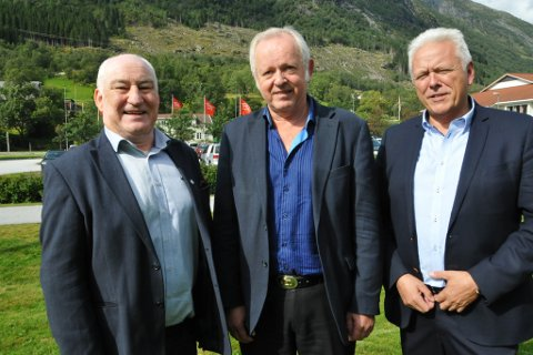 SENTRALE: Tre sentrale aktørar i Coop Vest ser at det er duka for store endringar. F.v. ordførar i representantskapet Harald Kvame, styreleiar Wilhelm Gjertsen som blir ny nestleiar og adm. dir. Geir Espe, som vert viseadministrerande i nye Coop Nordvest.