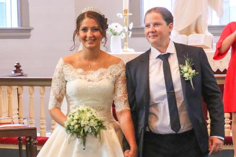 FØRST: Marit Ødejord (26) og Alette Zakariassen Karstensen (27) gifta seg og vart det første likekjønna paret som gav kvarandre sitt ja i Florø kyrkje.