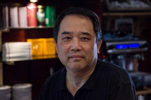 TRENG KOKKAR: Gong Xue Hu treng fleire kinesiske kokkar til restauranten sin. Om han ikkje får dette til er han redd for at han må selje bedrifta.