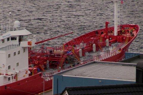 TANKBÅT: Båten «Key Fighter» ved kai i Måløy, der den søkte hamn etter ulykka natt til laurdag.