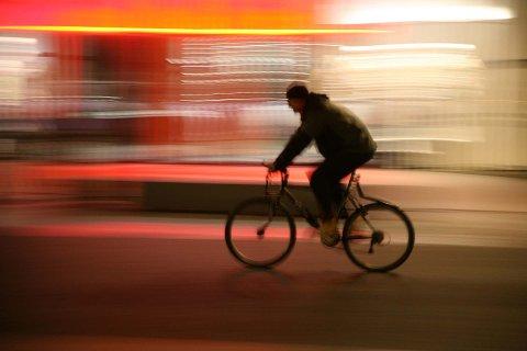 FARLEG HAUSTMØRKE: På hausten er syklistane mindre synlege i trafikken om dei ikkje brukar lys eller refleks.