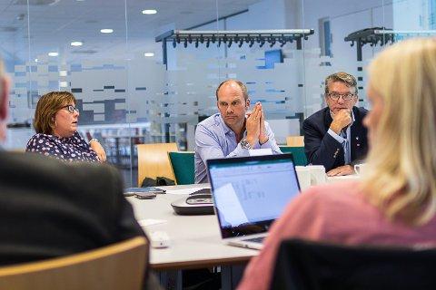 Kari Iren Birkeland (Sp), Oddmund Klakegg (Sp), Håkon Myrvang (Ap). Med ryggen til: Mathias Råheim (H) og Gunn Merete Paulsen (V) møte i prosjektgruppe for politisk organisering i Sunnfjord komune. Tema er godtgjersle til politikarane