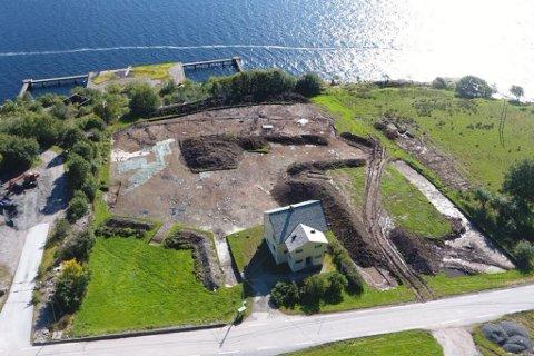 DRONEFOTO: Oversiktsbilde av utgravingsområdet. Til høgre for bustadhuset fann dei spor etter tsunamien. Det rituelle området er tildekka med presenningar øverst til venstre i utgravingsfeltet. Fv. 611 i nedre bildekant.