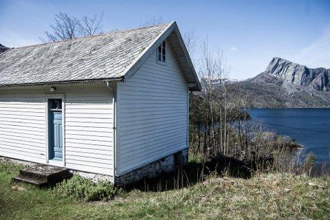 USIKKERT: Gamleskulen i Hyllestad skulle seljast og  bevarast. No er framtida til bygget usikker igjen.