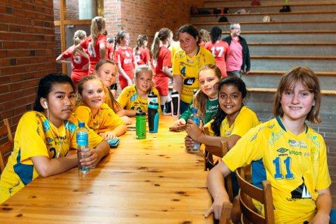PÅ TURNERING: Denne gjengen på handball jenter i Dale Idrettslag risikerer at det vert færre turneringar å reise på i år. Dei og andre lag som driv med frivillig arbeid kan søke om pengehjelp frå Sparebanken Vest.