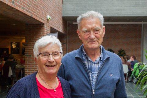 LÆREVILLIG: Ekteparet Aud Berit Ness (78) og Johannes Ness (82) er ikkje redd for digitaliseringa, og syntest det går greitt å lære seg data.