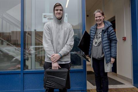 GLER SEG: Patrick Sund Rysjedal (15) med sin Lenovo Cube 710 og mor Janette Sund. I tillegg har han sørga for å ha med ein god stol. – Plaststolane er pinefulle i lengda, seier Sund Rysjedal. Mor ser til at han har med seg nok mat og drikke.