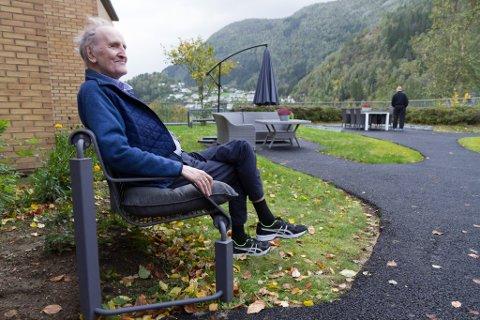 NYT SANSEHAGEN: Jan Edvardt Strandenes fekk oppleve den nye sansehagen til Førde helsetun, som opna denne torsdagen.
