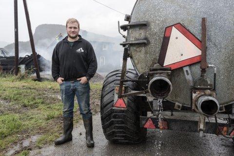 SLØKTE BRANN: Bonde Morten Bruland brukte gyllevogn for å sløkke brann i eit stabbur på nabogarden hans på Kråkenes i Førde.