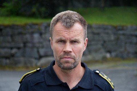 VIL HA KONTAKT: Dag Fiske, lennsmann ved Førde og Naustdal lensmannskontor, vil ha kontakt med ein mann som vart slått ned i Førde.
