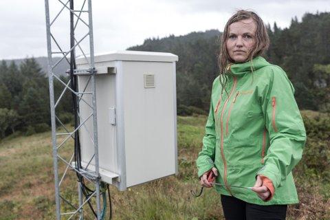 IKKJE NØGD: Anne-Karin Eiken på Skivenes i Hyllestad oppdaga ei seks meter høg mast ved eigedomsgrensa si, utan at ho fekk nabovarsel.