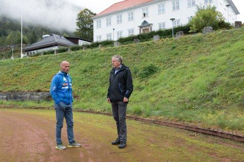 VARSKU: Trenarane Nils Ove Roset (t.v.) og Jørund Årdal åtvarar mot forfallet på Idrettsplassen på Sandane, som dei meiner vil få store følgjer for friidrettskommunen. Firda vidaregåande skule i bakgrunnen.