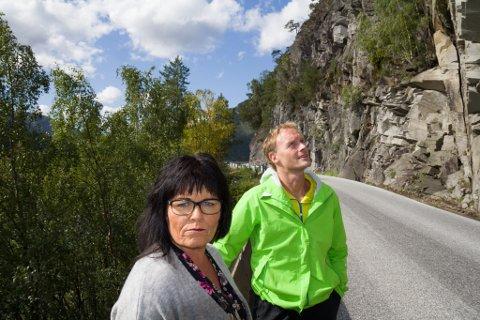 Uroa: Vidar Sandal og Kjellfrid Solheim meiner at steinblokkene som heng over E39 kan løyse seg frå fjellsida kva tid som helst.