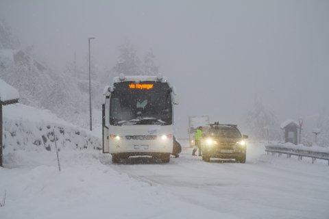 MYKJE SNØ: Det er sendt ut gult farevasel på mykje snø i Sogn og Fjordane. Dette bildet illustrerer korleis det kan bli på fjellovergangar. Det kan komme opp til 20 cm på 24 timar.