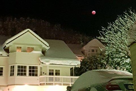 SLÅTTEBAKKANE: Slik såg månen ut sett frå Abrahamhjellen i Førde klokka 06.16 måndag morgon.