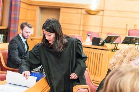 PUSLESPEL: Førstestatsadvokat og med-aktor Maria Bache Dahl har lagt fram svært mykje dokumentasjon i løpet av to dagar i Frostating lagmannsrett.