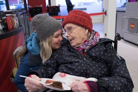 JENTETUR: Kjersti Larsen og mormor Magnhild Vassbotten har eit nært forhold.  Dei fekk med seg kaker, is og kaffi då Eikefjord fekk ny butikk.