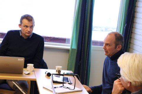 SA JA: Jølster formannskap var samstemde i sitt ja til å busette flyktningar. Frå v: varaordførar Jakob André Sandal, ordførar Oddmund Klakegg og rådmann Ellen Jensen.