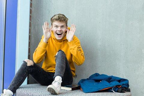 VER EIT MEDMENNESKE: Kristoffer Søilen (16) håpar at mange stiller opp på Pride. – Eg håper at folk er eit medmennske, og blir med på feiringa der ein kan vere seg sjølv.